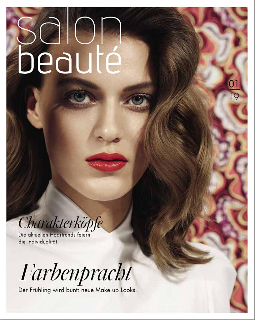 Titelseite Salon Beauté 01/2019. Eine Frau mit dunkelbraunen Haaren und rot geschminkten Mund schaut in die Kamera.