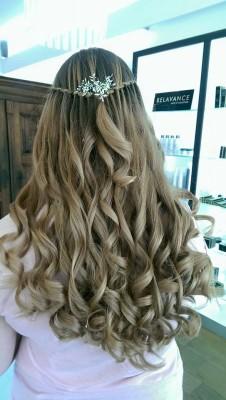 Blick auf die Frisur. Schöne Locken und blones Haar