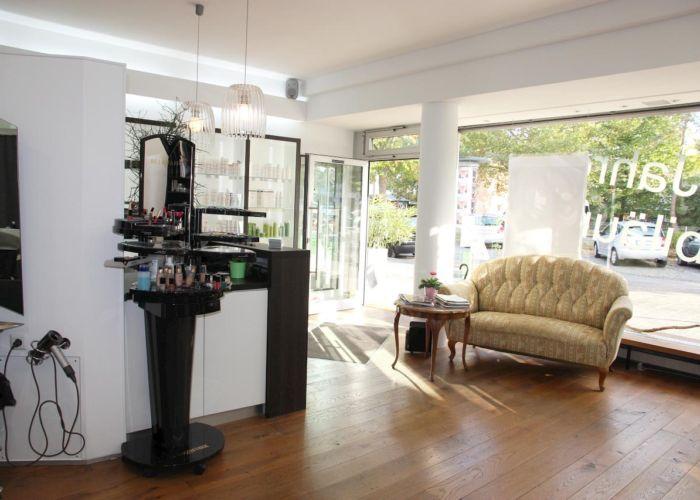 Links die Theke und rechts das Schaufenster und die Couch.