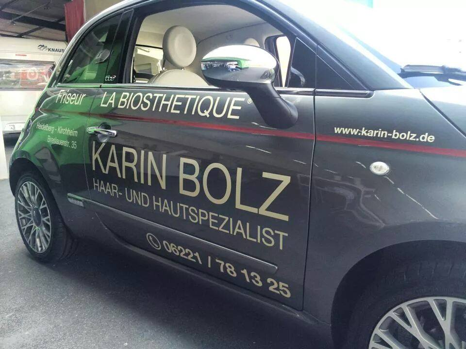 Das neue Auto von Frau Bolz. Seitlich mit Werbeaufschrift