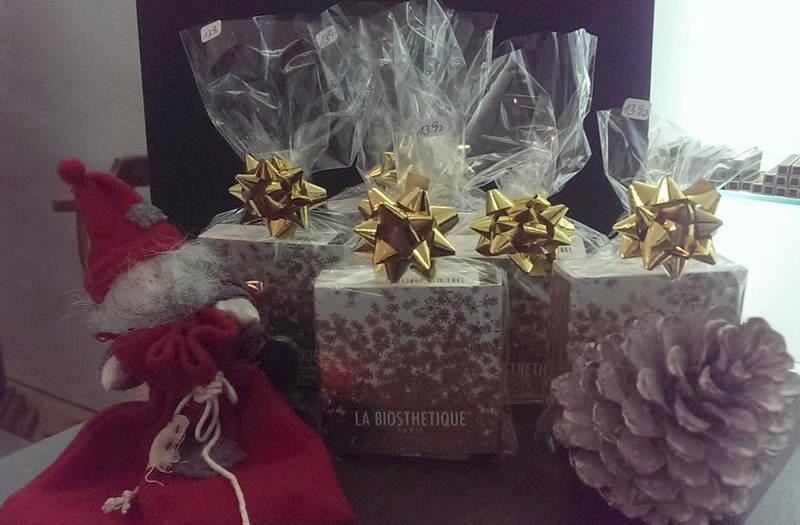 In Folie eingepackte Produkte mit goldener zum Stern gebundener Schleife