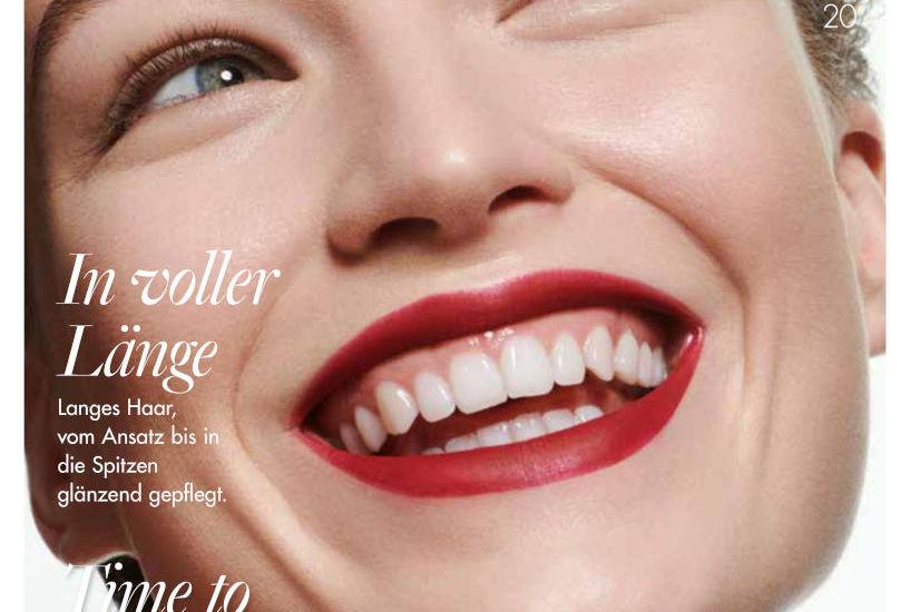 Titelseite der Salon Beauté Ausgabe 02 2020. Eine Frau lacht und schaut nach rechts oben.