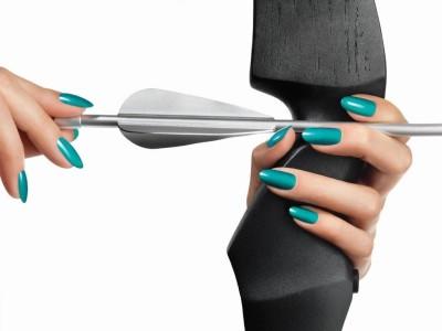 Zwei weibliche Hände spannen Pfeil und Bogen, Türkis glänzende Nägel