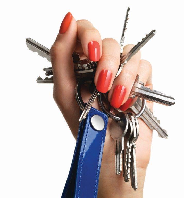 Eine Hand mit roten Nägeln hält einen Schlüsselbund