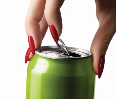 Eine hand mit roten Nägeln öffnet eine grüne Alugetränkedose