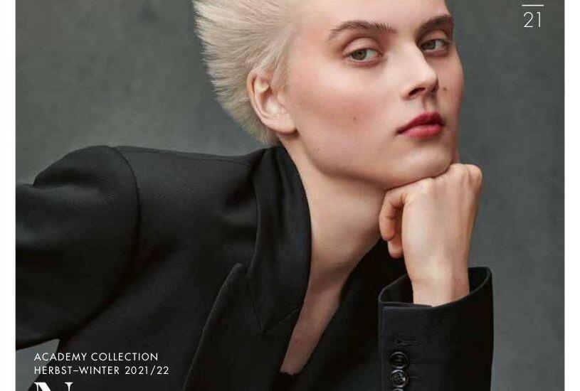 Eine Frau mit kurzem blondiertem Haar posiert für ein Portrait.